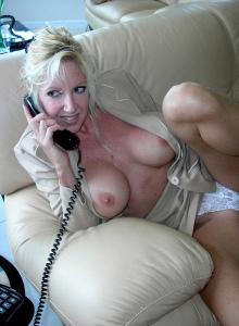 donna matura che parla al teleofno